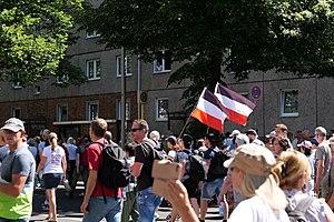 reichsflaggen auf coronaleugner*innen-demos