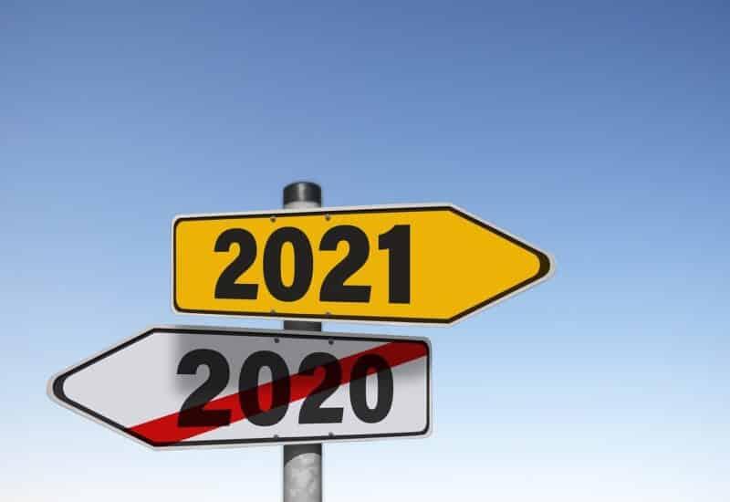 wegweiser mit 2020 und 2021, auf dem 2020 durchgestrichen ist