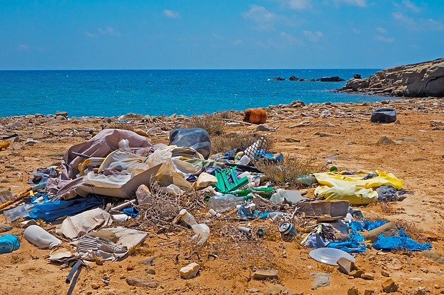 plastimüll im meer und am strand
